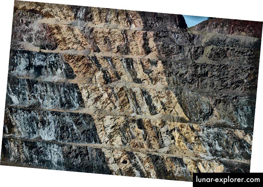 Wenn Sedimentgestein über einen längeren Zeitraum extremen Drücken und / oder hohen Temperaturen ausgesetzt wird, verwandelt es sich im Allgemeinen und zerstört alle darin befindlichen Fossilien. Das hier gezeigte metamorphe Gestein aus der Zeit vor etwa 1,9 Milliarden Jahren ist ein solches Beispiel. Bildnachweis: flickr-Benutzer James St. John, unter einer CC-by-2.0-Lizenz.