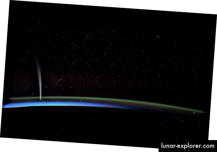Komet Lovejoy, 2011 von der ISS über der Erde fotografiert. Bildnachweis: NASA Earth Observatory / Dan Burbank.