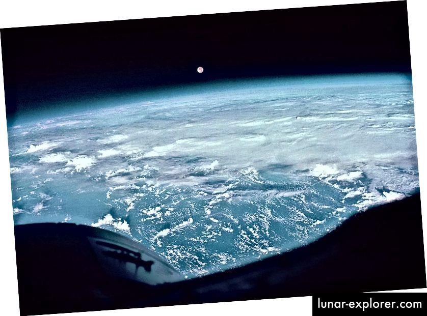 Mond und Wolken über dem Pazifik, wie von Frank Borman und James A. Lovell während der Gemini 7-Mission fotografiert. Bildnachweis: NASA.