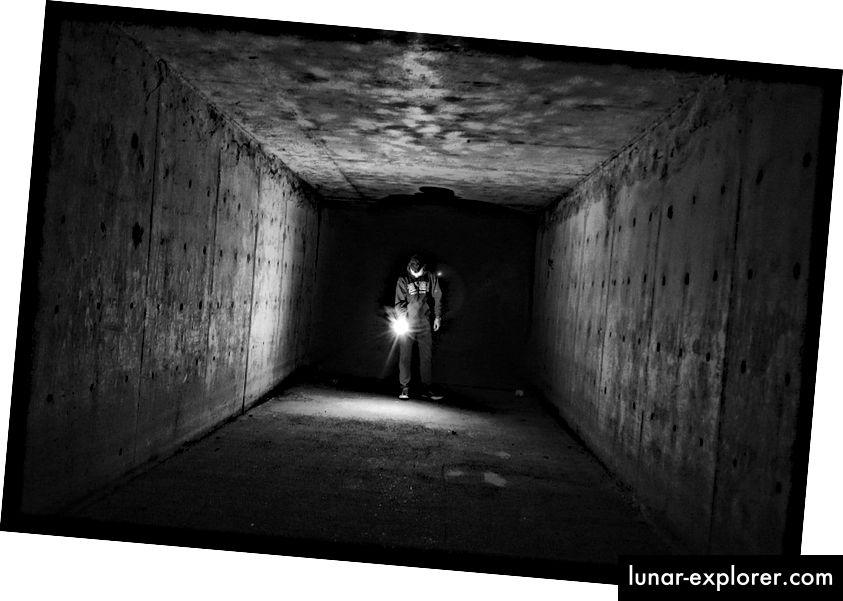 ساطع مصباح يدوي في الظلام. صورة الائتمان: pixabay المستخدم StockSnap.