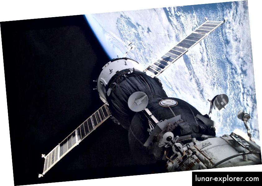 ستشاهد مركبة فضائية من طراز Soyuz ، تم تثبيتها في حجرة Pirs لرسو السفن في محطة الفضاء الدولية (ISS) ، رواد فضاء يعودون إلى الأرض بعد أن كان عمرهم أقل بقليل من بقائهم على الأرض بسبب اتساع الوقت النسبي. الصورة الائتمان: ناسا.
