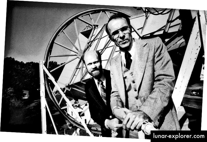 رصيد الصورة: مجلة LIFE ، لأرنو بينزياس وبوب ويلسون مع هوائي Holmdel Horn ، الذي اكتشف CMB لأول مرة.