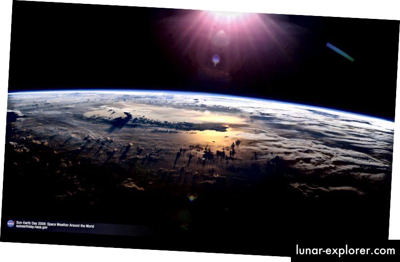 Der Sonnenuntergang über dem Pazifischen Ozean und eine hoch aufragende Gewitterwolke, 21. Juli 2003. Von der Internationalen Raumstation aus gesehen (Expedition 7). Bildnachweis: NASA / Johnson Space Center.
