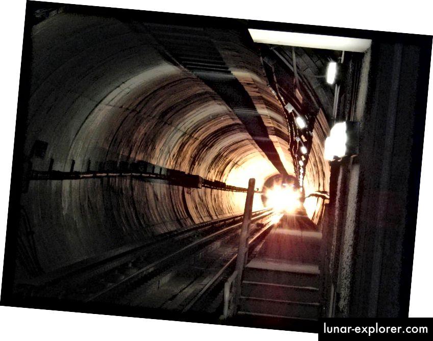 Das von einem Zug ausgestrahlte Licht scheint sich für alle Beobachter gleich schnell zu bewegen, unabhängig davon, ob sie sich im Zug oder in einem anderen sich bewegenden Körper befinden. Bildnachweis: Wikimedia Commons-Benutzer Downtowngal, unter einer Lizenz von c.c.a.-s.a.-3.0.