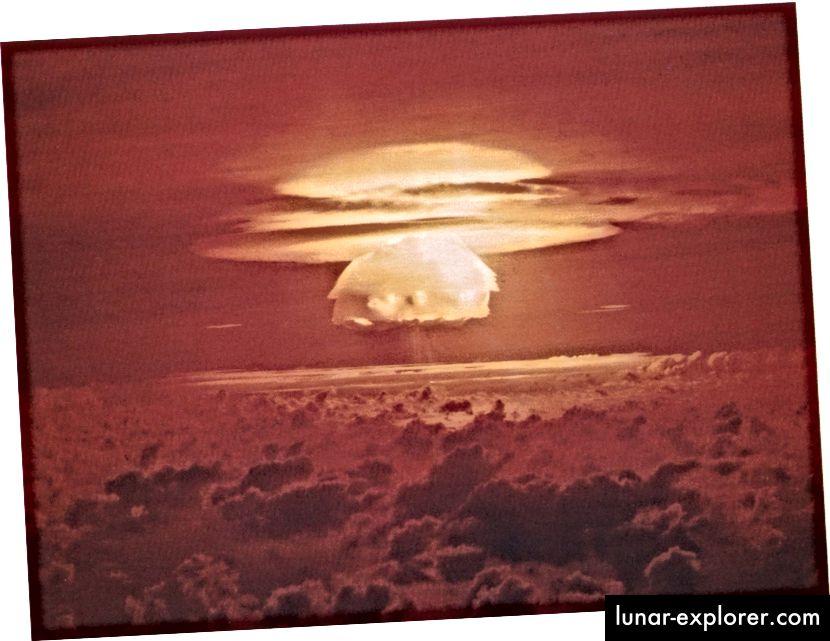Die Pilzwolke aus dem Atomwaffentest Bravo (Ausbeute 15 Mt) auf dem Bikini-Atoll. Der Test war Teil der Operation Castle im Jahr 1954 und war eine der stärksten (aber nicht DIE stärksten) Wasserstoffbomben, die jemals gezündet wurden. Bildnachweis: US-Energieministerium.
