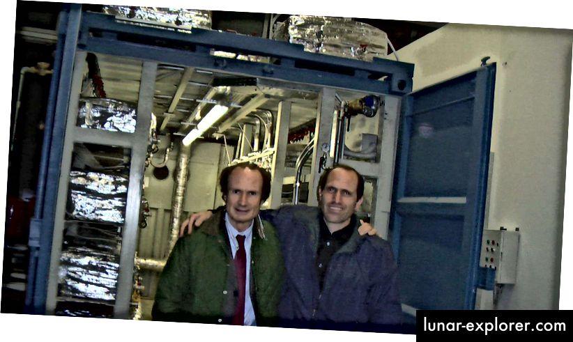 Andrea Rossi und Sterling Allan bei einer Demonstration der E-Cat im Jahr 2011. Bildnachweis: Sterling D. Allan mit Hank Mills von Pure Energy Systems News. Via http://pesn.com/2011/10/28/9501940_1_MW_E-Cat_Test_Successful/.
