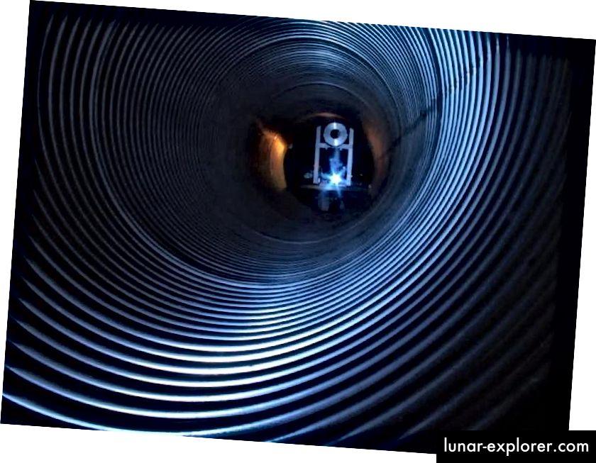 Eine der Röhren der GEO600-Detektoren, die die Signalunschärfe im Einklang mit unserem Universum suchten, war eine Simulation. Es wurde keine Unschärfe gefunden. Bildnachweis: Max-Planck-Institut für Gravitationsphysik / Leibniz Universität Hannover.