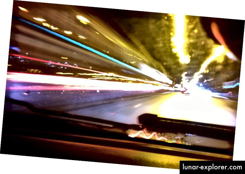 Public domain timelapse Foto von flickr User comedynose (Pete), das schnelle, relativistische Bewegungen illustriert. Bild abgerufen über https://www.flickr.com/photos/comedynose/23696582553.