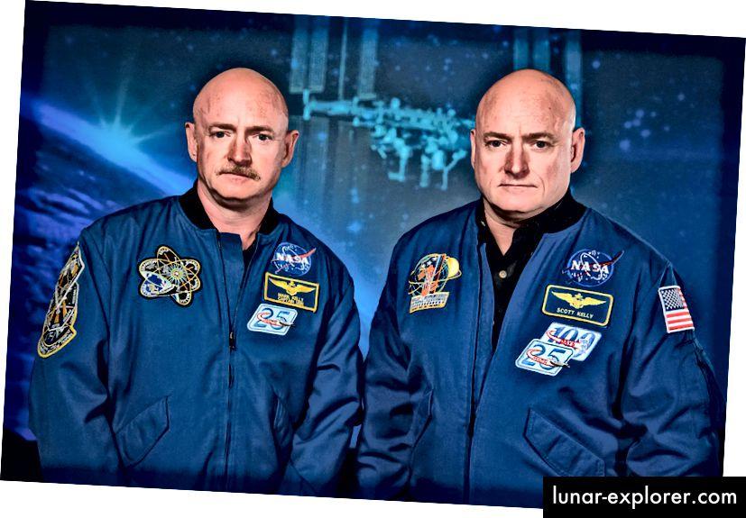Eineiige Zwillinge, NASA Expedition 45/46 Commander, Astronaut Scott Kelly zusammen mit seinem Bruder, dem ehemaligen Astronauten Mark Kelly, im Johnson Space Center. Scott verbrachte ein Jahr an Bord der ISS im All, während Mark am Boden blieb. Bildnachweis: NASA / Robert Markowitz.
