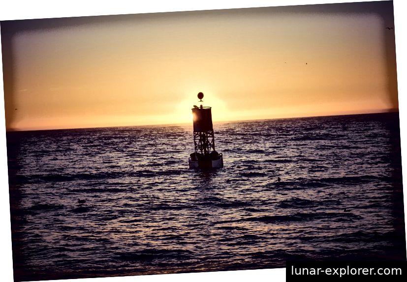 Wenn Sie sich in der optimalen Entfernung befinden, um die Erdkrümmung zu messen, ist der Grund einer Boje direkt an der Horizontlinie sichtbar. Für einen Menschen auf Meereshöhe wird das nie mehr als sechs Kilometer von der Boje entfernt sein. Bildnachweis: mark_az von Pixabay.