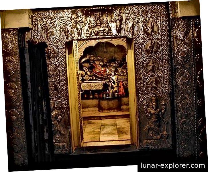 Mala i mala vrata kao ulaz u neke svetišta tradicionalnih hramova