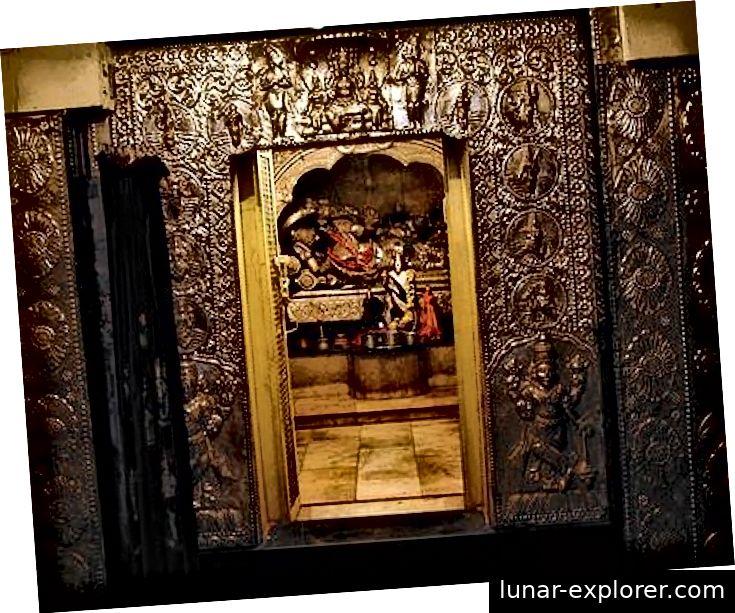 Niedrige und kleine Türen als Eingang zu einigen Sanctum Sanctorums traditioneller Tempel