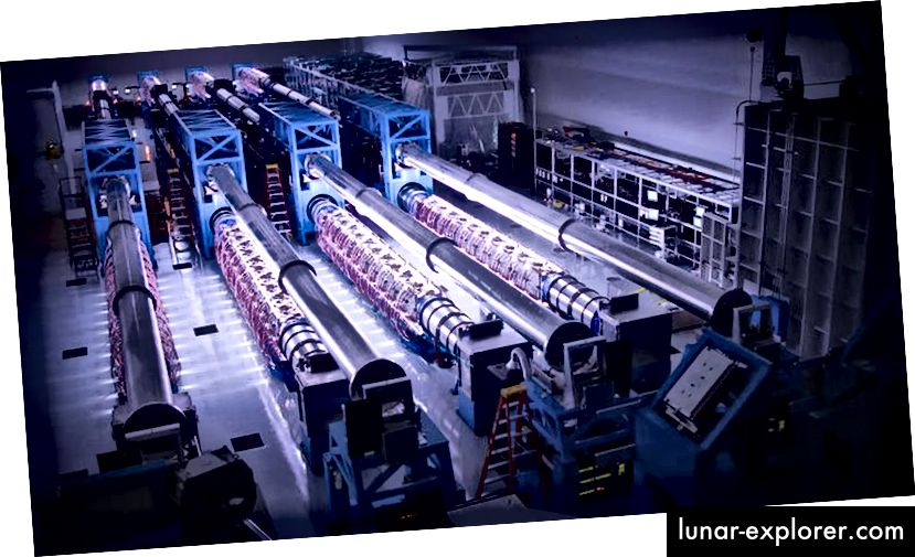 Verstärker für die OMEGA-EP der Universität Rochester, die von Blitzlampen beleuchtet werden, könnten einen US-amerikanischen Hochleistungslaser antreiben, der in sehr kurzen Zeiträumen arbeitet. Bildnachweis: Universität Rochester, Labor für Laserenergetik / Eugene Kowaluk.