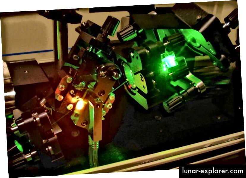 Teil eines Ti-Saphir-Lasers; das leuchtend rote Licht links ist das Ti: Saphirglas; Das hellgrüne Licht ist gestreutes Pumplicht von einem Spiegel. Bildnachweis: Wikimedia Commons-Benutzer Hankwang.