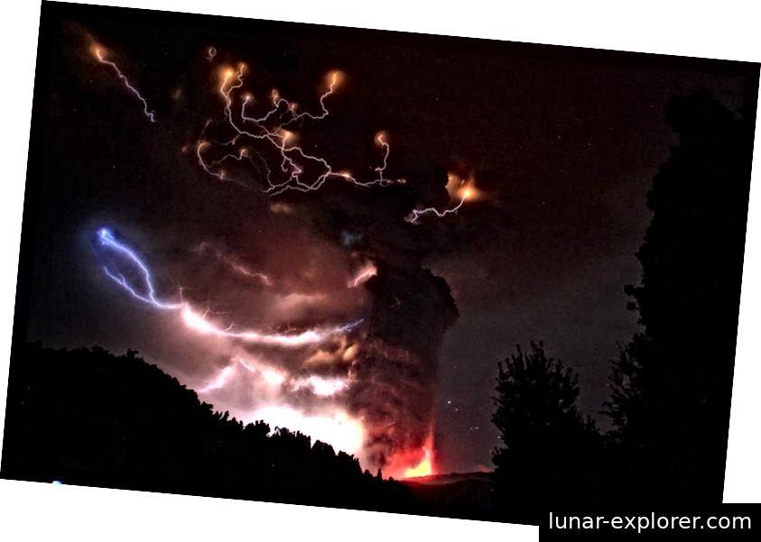 Wenn sich die richtigen Bedingungen auf einmal vereinen, können riesige elektrische Ströme in den Aschewolken eines Vulkanausbruchs gefunden werden. Die Entladungen verursachen das einzigartige und atemberaubende Phänomen des vulkanischen Blitzes. Bildnachweis: Ivan Alvarado / Reuters.