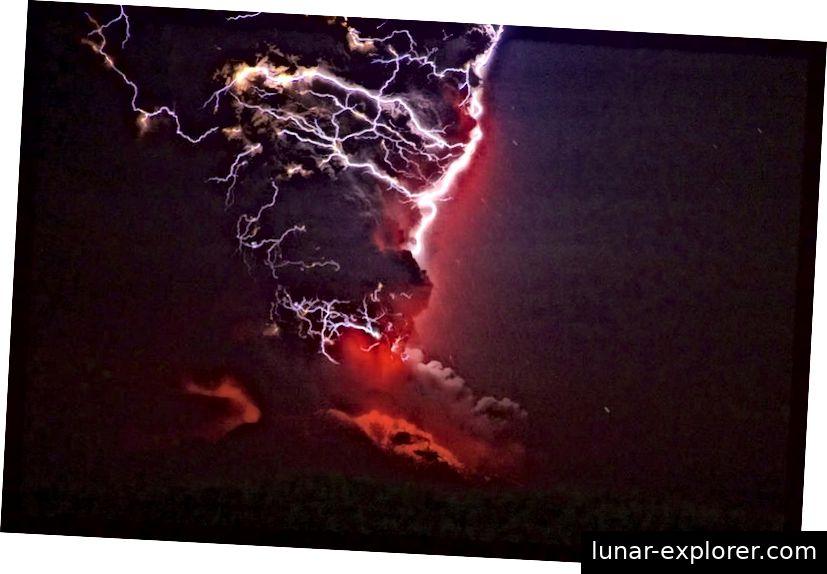 2015 ist der chilenische Vulkan Calbuco zum ersten Mal seit 42 Jahren wieder ausgebrochen. Obwohl der Anblick eines vulkanischen Blitzes wunderschön sein mag, verursacht der Ausbruch selbst erhebliche Schäden und weitverbreitete Verwüstungen. Bildnachweis: Jose Mancilla / LatinContent / Getty Images.