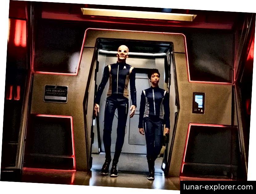 Saru und Burnham sind wieder zusammen an Bord, diesmal mit Saru als amtierendem Kapitän. Bildnachweis: Jan Thijs / CBS © 2017 CBS Interactive.