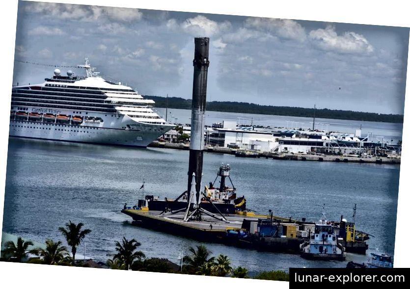 THAICOM 8-Triebwerkskern der ersten Stufe kommt im Hafen an. SpaceX