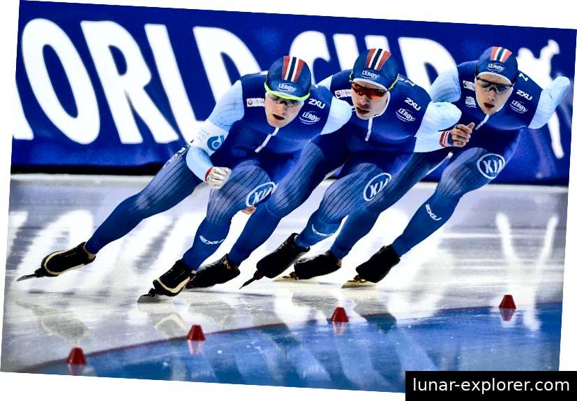 Ende 2017 wechselte Norwegen von seinen traditionellen roten zu den neuen blauen Eisschnelllaufanzügen. Sverre Lunde (weiß), Simen Spieler (rot) und Allan Dahl Johansson (gelb) nehmen an der Verfolgung der Herrenmannschaft bei der Weltmeisterschaft teil. Bildnachweis: Alex Goodlett - ISU über Getty Images.