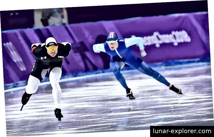 Der US-Amerikaner Joey Mantia (L) tritt bei den Olympischen Winterspielen 2018 über 1.500 m im Eisschnelllauf gegen den Norweger Sverre Lunde Pedersen (R) an. Ob die Farbe eines Anzugs etwas mit der Zeit eines Skaters zu tun hat, ist eine umstrittene, aber zweifelhafte Behauptung. Bildnachweis: Jung Yeon-Je / AFP / Getty Images.