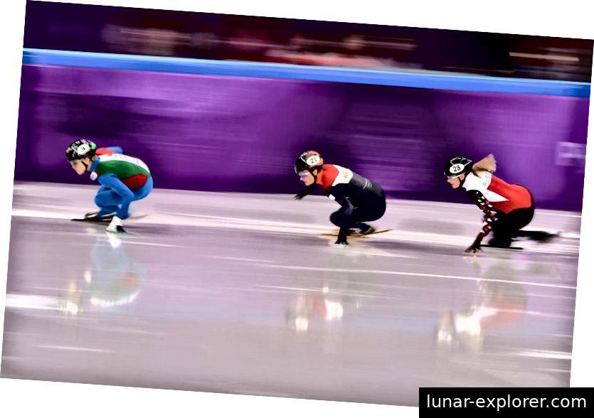Skaten in geduckter Haltung mit flachem Rücken in der aerodynamischsten Haltung ist der Schlüssel zum Erfolg beim Eisschnelllauf. Beim Short-Track-Skaten verbringst du bis zu 80% deiner Zeit damit, nach links zu drehen, im Vergleich zu der langen Strecke, auf der du meistens direkt unterwegs bist. Bildnachweis: Richard Heathcote / Getty Images.