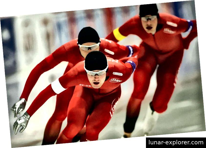Seit einem Jahrhundert wird die Farbe Rot mit Norwegens Eisschnellläufern in Verbindung gebracht. Hier messen sich 2015 Sverre Lunde Petersen (WEISS), Havard Bokko (ROT) und Sindre Henriksen (GELB) an der Verfolgung der Herrenmannschaft während des ISU-Eisschnelllauf-Weltcups. Bildnachweis: Johannes Simon - ISU über Getty Images.