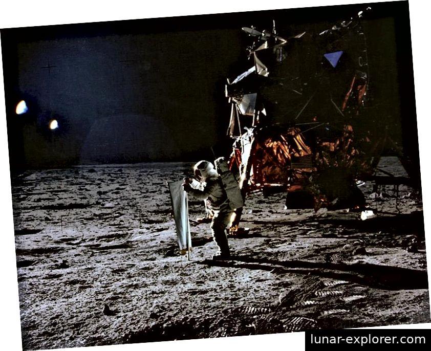 Apollo 11 je ljude na površinu Mjeseca prvi put izveo 1969. Ovdje je Buzz Aldrin koji postavlja eksperiment Solarni vjetar kao dio Apolla 11, a Neil Armstrong fotografirao je fotografiju. (NASA / Apollo 11)