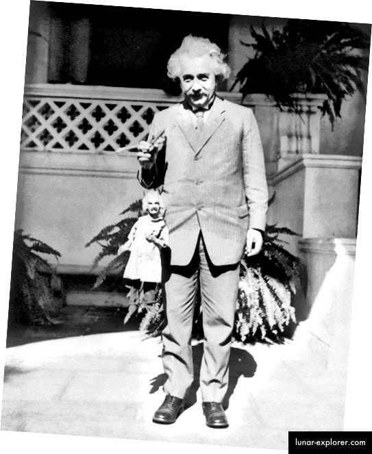 Albert Einstein drži lutku Albert Einstein