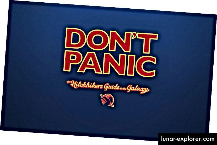 """Ein klassischer Science-Fiction-Roman von Douglas Adams, der Elon Musk inspirierte. Im Armaturenbrett des Starman können Sie das Buch-Motto """"Keine Panik"""" verwenden."""