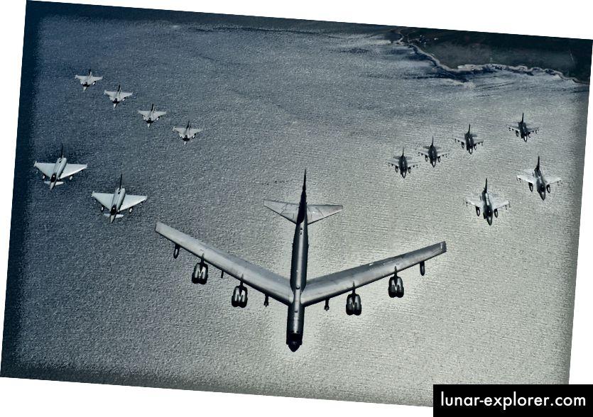 Vojni zrakoplovi članica NATO-a lete u formaciji tijekom vježbe nad Baltičkim morem (USAF)