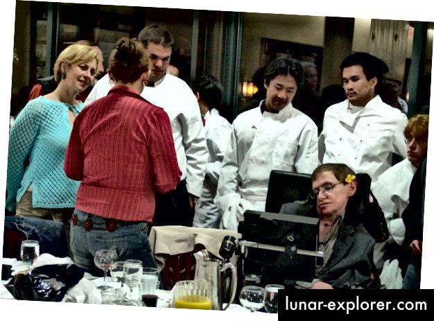 Mehrere meiner Klassenkameraden mit Dr. Hawking bei einem der jährlichen Bankette von Caltech