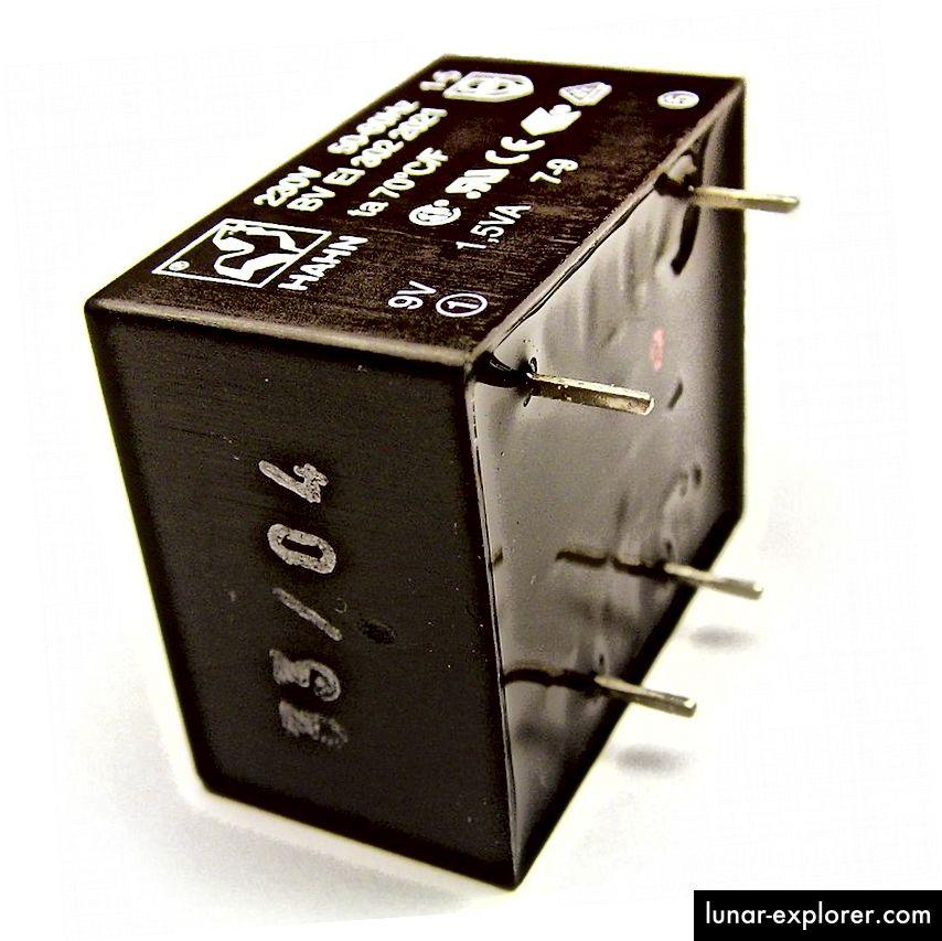 Lonac električni transformator dizajniran za ugradnju na PCB za korištenje prostora. Površina koju formira lonac za posuđe vidi se s desne strane. Izvor: Wikipedia