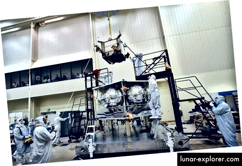 NASA-ini JPL inženjeri koji instaliraju Juno Radiation Vault dizajnirani su za zaštitu njegovih elektroničkih komponenti u intenzivnom Jovian okruženju. Izvor: NASA