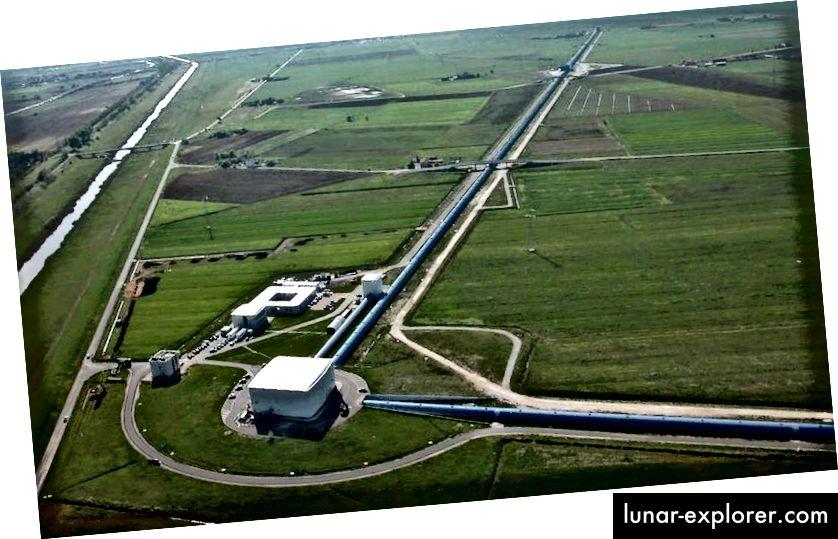 Luftaufnahme des Virgo-Gravitationswellendetektors in Cascina bei Pisa (Italien). Virgo ist ein riesiges Michelson-Laserinterferometer mit 3 km langen Armen, das die beiden 4 km langen LIGO-Detektoren ergänzt. (Nicola Baldocchi / Virgo Collaboration)