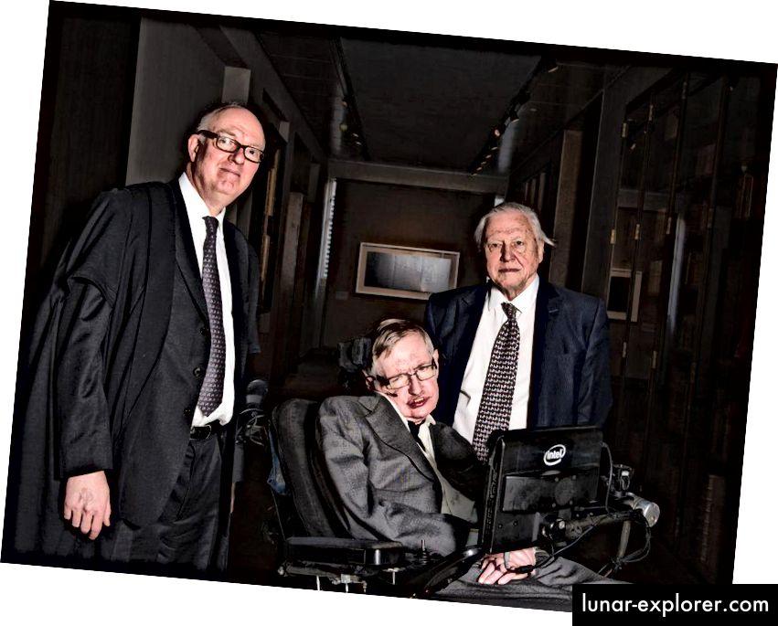 Stephen Hawking, u dobi od 73 godine (2015.), s Richardom Ovendenom i Sir Davidom Attenboroughom, na otvaranju knjižnice Weston u Oxfordu.