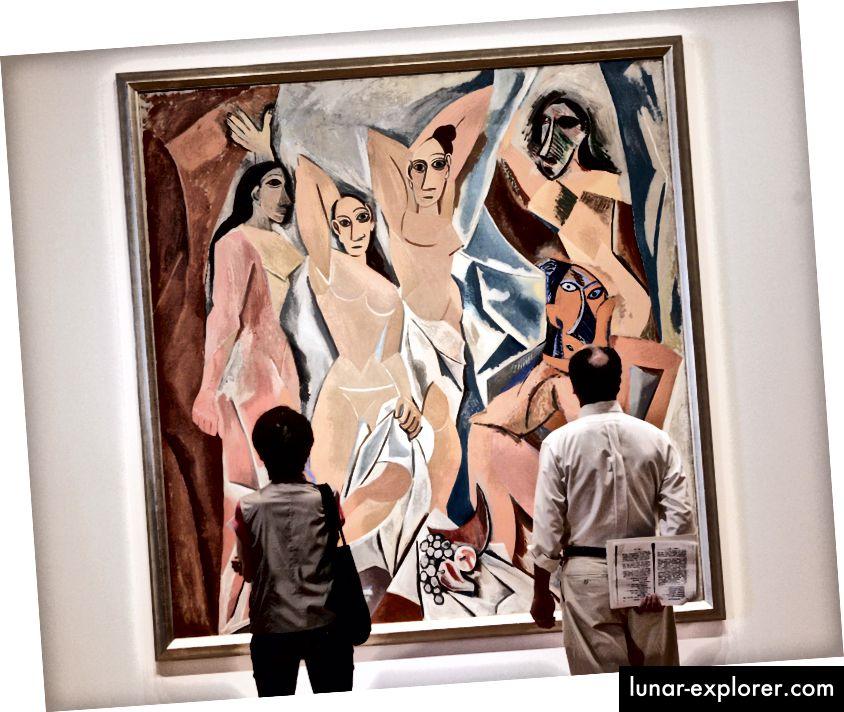 """Die Museumsbesucher sehen Pablo Picassos """"Les Demoiselles d'Avignon"""" (1907), ausgestellt im Museum of Modern Art in New York, 9. Mai bis 27. August 2007, als Teil einer Ausstellung zum 100. Jahrestag der Entstehung der Epoche. malen. (Foto: Stan Honda / AFP / Getty Images)"""