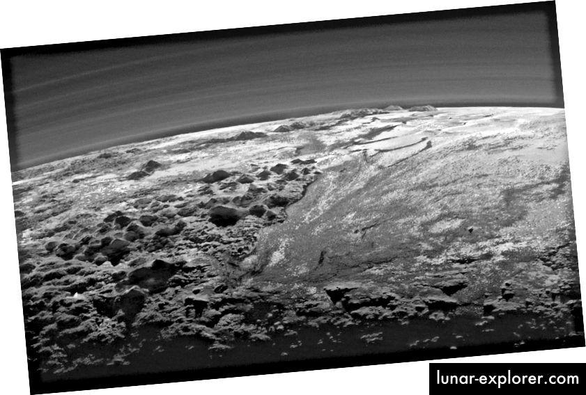 New Horizons-Raumschiffblick auf Plutos raue, eisige Berge und die flache Eisebene. Man sieht auch die vielen Schichten von Dunst in Plutos Atmosphäre. Quelle: NASA