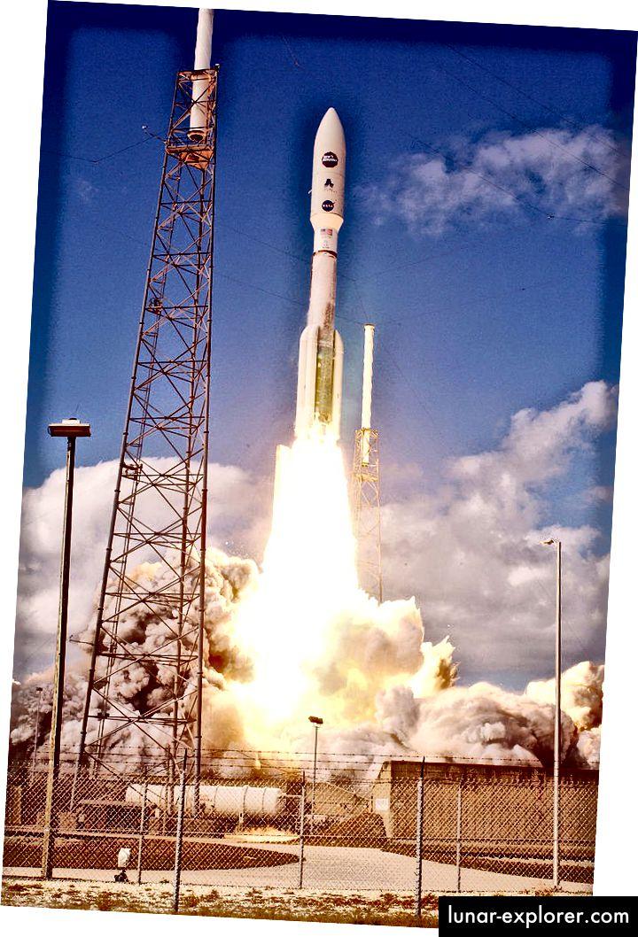 إطلاق آفاق جديدة. صاروخ أطلس الخامس على منصة الإطلاق (يسار) وينطلق من رأس كانافيرال (يمين). المصادر: ويكيبيديا (1 و 2)
