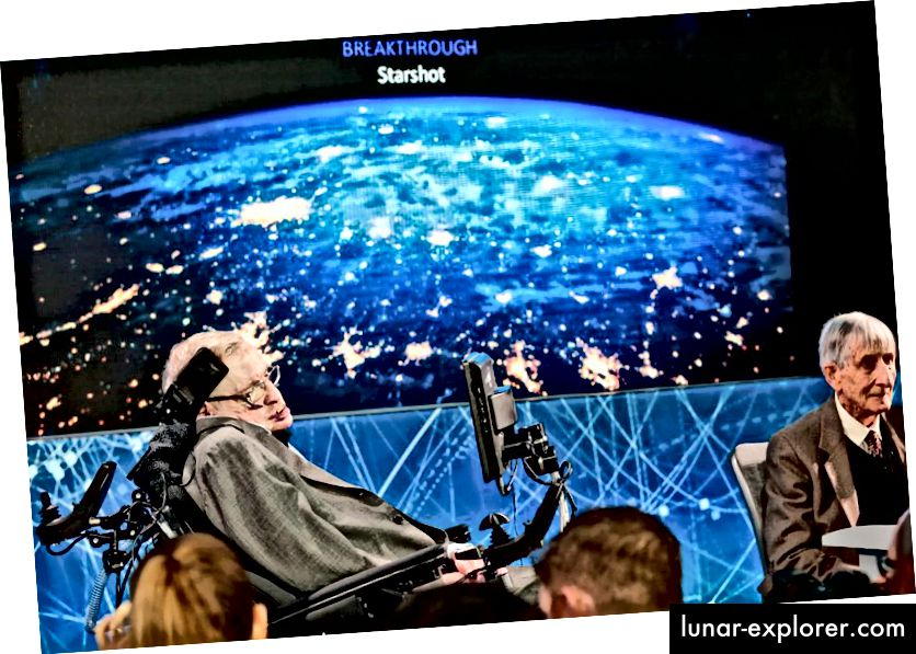 عالم الكونيات ستيفن هوكينج في إعلان 2016 عن مبادرة الاختراق الجديدة التي تركز على استكشاف الفضاء والبحث عن الحياة في الكون. (AP Photo / Bebeto Matthews)