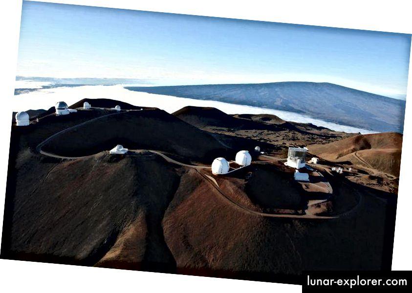 Auf dem Gipfel des Mauna Kea befinden sich viele der modernsten und leistungsstärksten Teleskope der Welt. Dies ist auf die Kombination aus äquatorialer Lage von Mauna Kea, großer Höhe, guter Sicht und der Tatsache zurückzuführen, dass es sich im Allgemeinen, aber nicht immer, über der Wolkenlinie befindet. (Subaru Telescope Zusammenarbeit)
