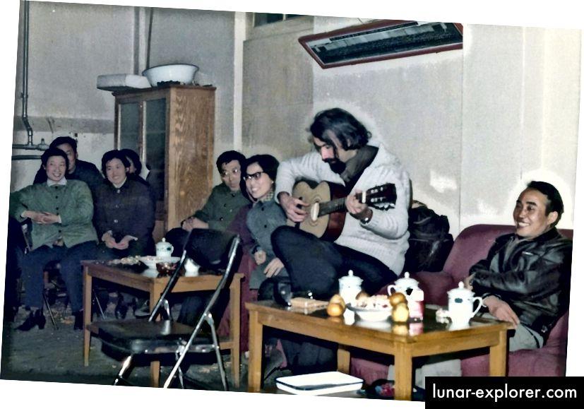 Tom Blundell unterhält Freunde in Peking, 1978