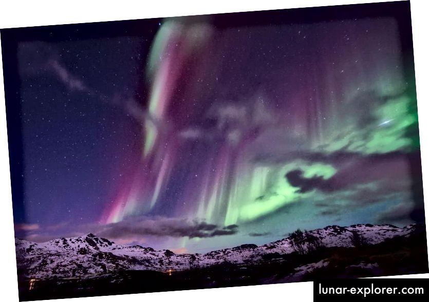 Das Nordlicht (Aurora Borealis) vom Polarkreis am 14. März 2016. Die seltene violette Farbe kann manchmal in der Nähe der Pole gesehen werden, da eine Kombination aus blauen und roten Emissionslinien von Atomen diesen ungewöhnlichen Anblick zusammen mit dem typischeren erzeugen kann grün. (Olivier Morin / AFP / Getty Images)