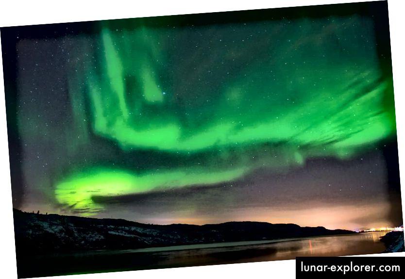 Die Aurora Borealis oder das Nordlicht erleuchten den Nachthimmel am 12. November 2015 in der Nähe der Stadt Kirkenes in Nordnorwegen. (Jonathan Nackstrand / AFP / Getty Images)