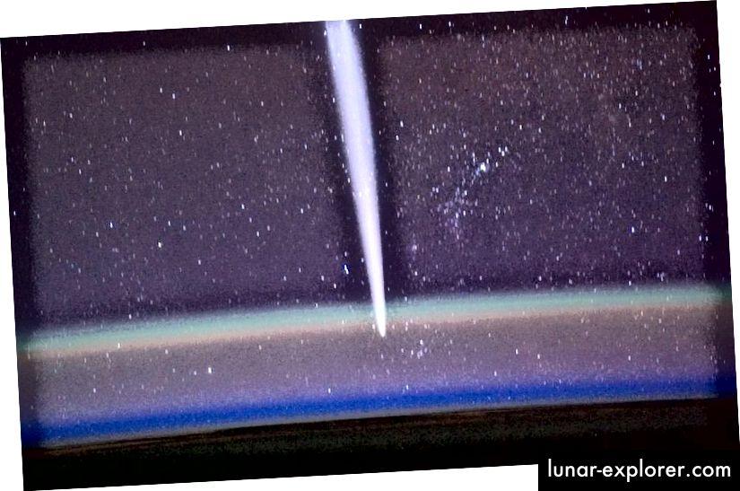 Der Kommandant der ISS-Expedition 30, Dan Burbank, nahm dieses Bild des Kometen Lovejoy mit dem Luftglühen der Erde im Vordergrund auf. Beachten Sie die verschiedenen farbigen Schichten, die Emissionslinien entsprechen, die von Elementen und Molekülen in ausgewählten Höhen stammen. (NASA / Dan Burbank)