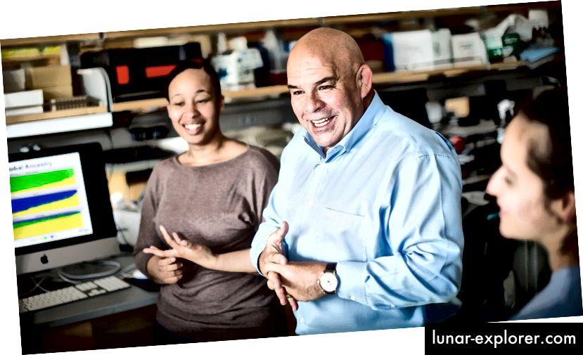 Esteban Burchard u svom laboratoriju na UCSF. Noah Berger / UCSF