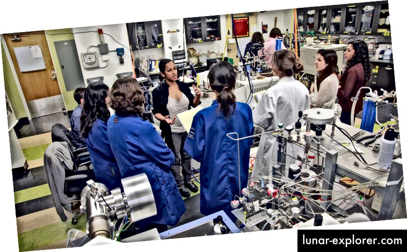 Aradhna Tripati hält ein Treffen in ihrem UCLA-Labor ab. UCLA