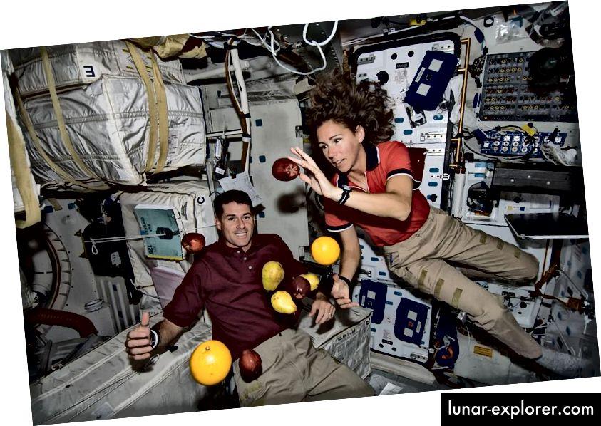Astronauten und Obst an Bord der Internationalen Raumstation. Beachten Sie, dass die Schwerkraft nicht ausgeschaltet ist, sondern dass alles - einschließlich des Raumfahrzeugs - gleichmäßig beschleunigt wird, was zu einem Null-G-Erlebnis führt. Die ISS ist ein Beispiel für einen Trägheitsreferenzrahmen. (PUBLIC DOMAIN IMAGE)
