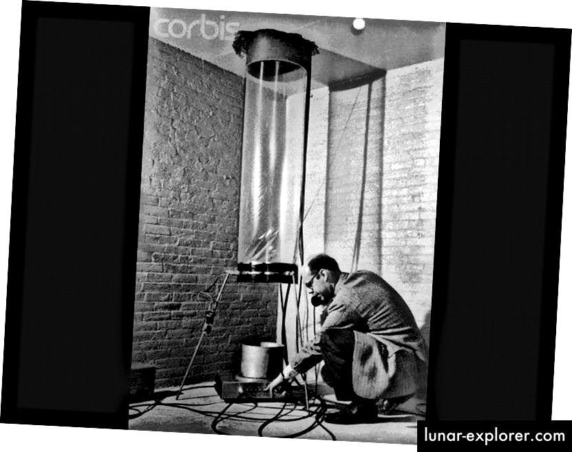 Der Physiker Glen Rebka am unteren Ende der Jefferson Towers an der Harvard University telefoniert mit Professor Pound während des Aufbaus des berühmten Pound-Rebka-Experiments. (CORBIS MEDIA / HARVARD UNIVERSITY)