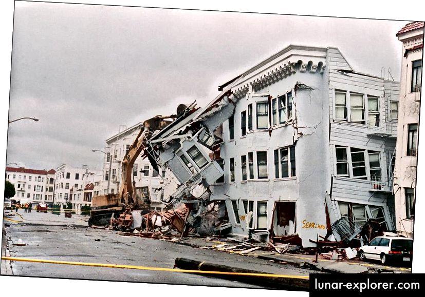 U zemljotresu u San Franciscu 1989. godine, čiji se epicentar nalazio u Loma Prieti, poginulo je 57 ljudi i prouzročila štetu od imovine na preko 5 milijardi dolara, uključujući srušenu zgradu prikazanu gore. Iako su San Francisco i mnogi drugi gradovi u Kaliforniji sigurni da će u budućnosti doživjeti slične potrese poput ove, vrlo je malo provedeno na način na koji su preporučene USGS regulative o ograničenjima gradnje i boravka. (JONATHAN NOUROK / AFP / GETTY IMAGES)