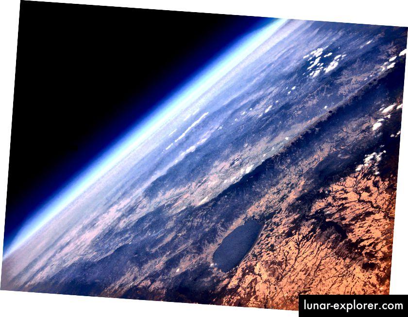 Foto aus einem Höhenballon von Kostas Tamateas / Barcroft Image / Barcroft Media über Getty Images